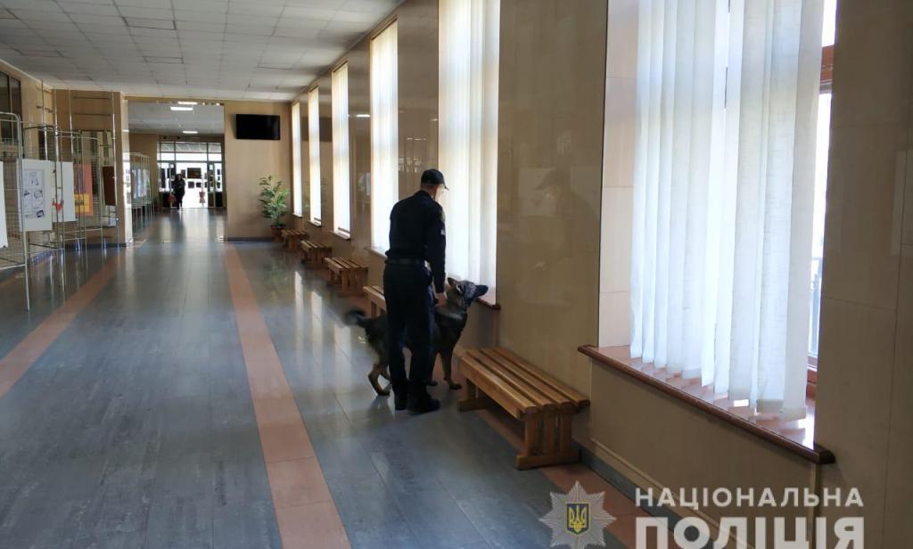 Поліцейські отримали повідомлення про замінування 56 об'єктів у Харкові