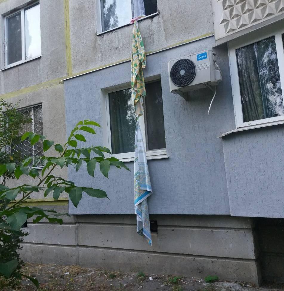 Літня жінка спускалася з квартири по простирадлах та не втрималася