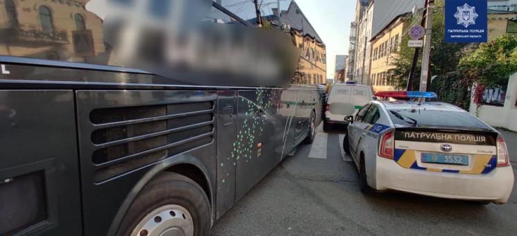 Автобус врізався в машину інкасаторів