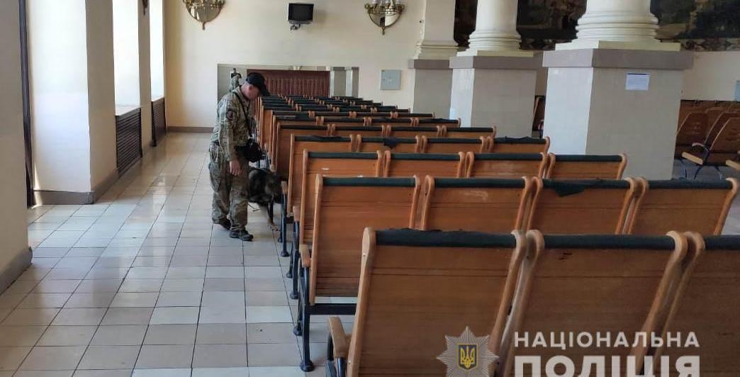 На Харківському залізничному вокзалі шукають вибухівку