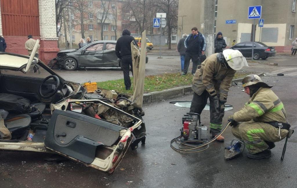 На ХТЗ сталася аварія: постраждалого деблокували рятувальники