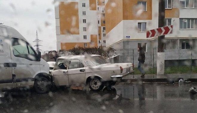 Вранці зіткнулися мікроавтобус та легковик: Дві людини в лікарні