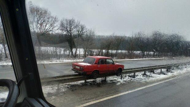 На трасі «Київ-Харків-Довжанський» на відбійнику зранку стоїть ВАЗ