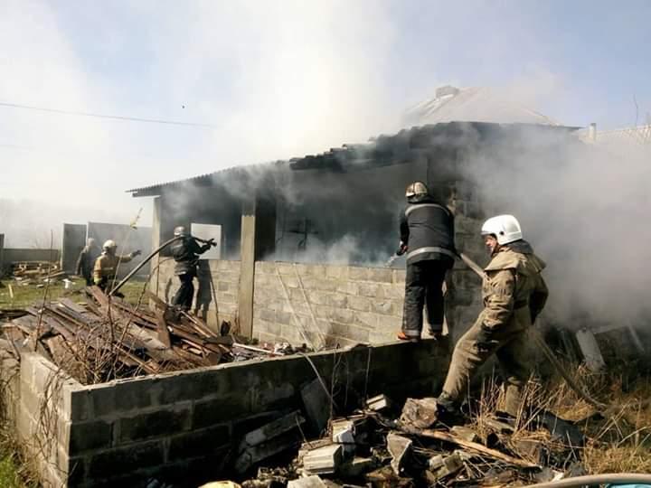 У Харківському районі згоріла приватна оселя