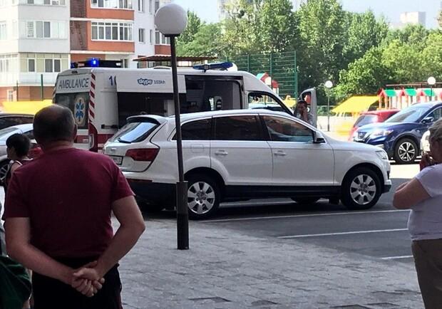 В центрі Харкова чоловік впав на авто у дворі багатоповерхівки