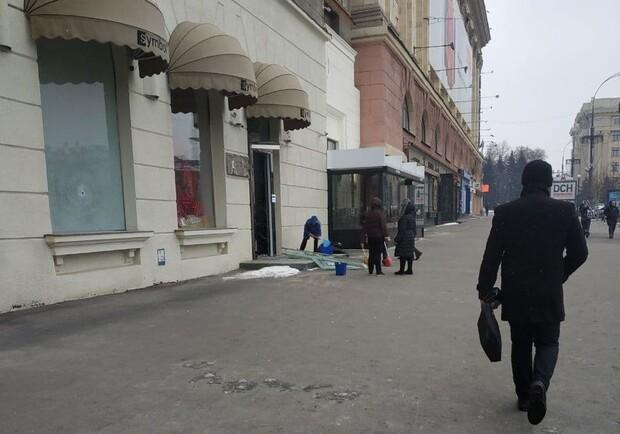 Троє молодиків розтрощили вітрини магазину на площі Свободи