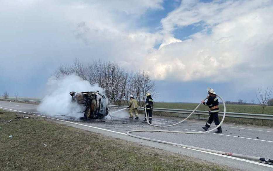 У Красноградському районі на трасі перекинулася та спалахнула автівка
