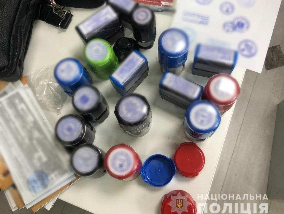 У Харкові викрили угруповання, яке торгувало фальшивими COVID-сертифікатами