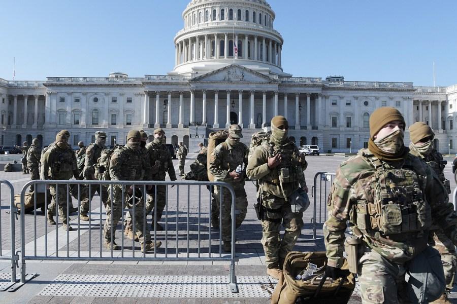 當地時間2021年1月13日,美國華盛頓特區,美國國會眾議院以232票贊成,197票反對通過了針對美國總統特朗普彈劾案。國會大廈內外有大量的國民警衛隊在維護安全。美國數千國民警衛隊士兵在國會大廈內席地而睡,隨時待命。