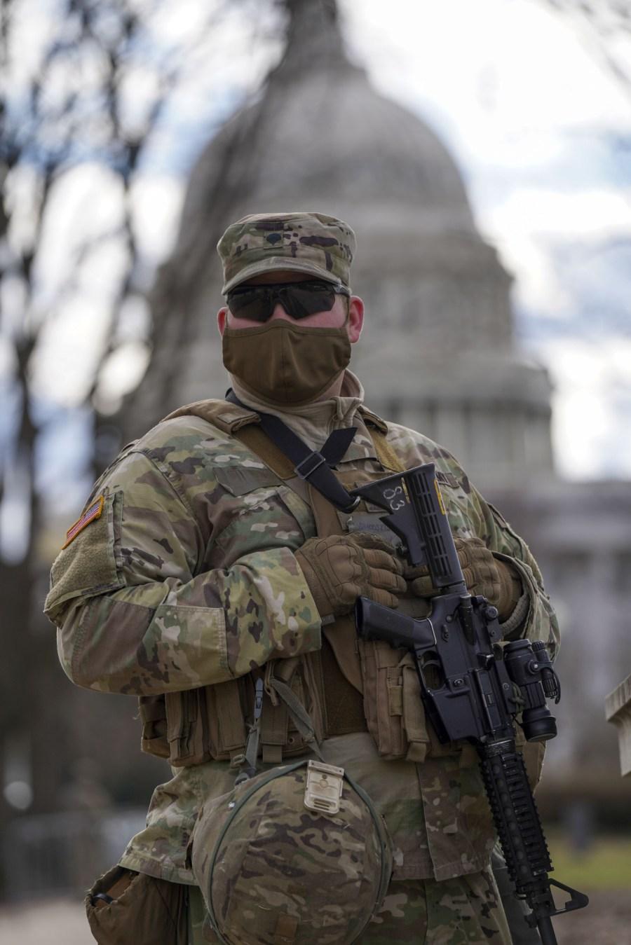 美國首都華盛頓,連日來華盛頓特區的安保措施日趨嚴密,國民警衛隊士兵嚴陣以待,荷槍實彈巡邏。五角大樓日前宣布,已派遣2.5萬名國民警衛隊士兵協助總統就職典禮的安保工作。