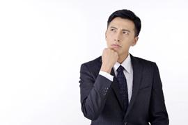 考える男性の写真