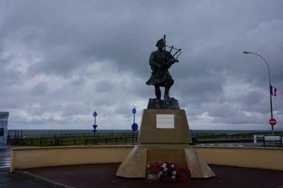 Monumento aos Highlanders na praia de Sword