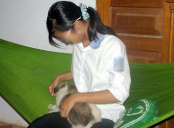 Những lúc buồn, nhớ mẹ và em, Lan thường đùa nghịch với chú chó con xin được.