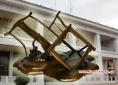 Λύθηκε το πρόβλημα με τις λακκούβες στους δρόμους της Ξάνθης… Θα επισκευαστούν όλες με «ΚαρεκλοΜπαζ» και μάλιστα δωρεάν…