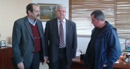 2014/12/15: Ο Β. Χατζηλαμπρου και ο επικεφαλης της ΑΚΙΔΑ Τ. Κουναβης στη συναντηση με τον δημαρχο Δ. Αχαϊας, οπου εθεσαν το θεμα των απληρωτων σχολικων καθαριστριων