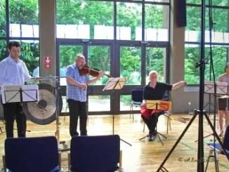 Eine kleine Streichmusik für Bratsche, Hängendes Becken, Tam Tam, Singende Säge