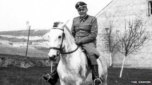 Amon Goeth en uniforme, montando un caballo