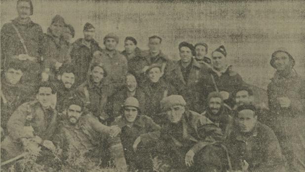 Un grupo de requetés del Tercio de Lácar posan con milicianos en la cumbre del Kalamua - Foto Goñi (La lucha de clases)