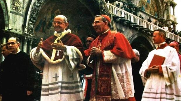 Albino Luciani, patriarca de Venecia entonces, acompaña a Pablo VI, a la izquierda, durante su visita a la ciudad - ABC