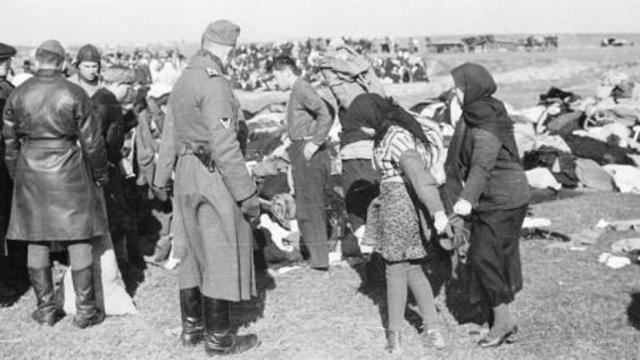 Concentración de judíos en Lubny (Ucrania) para ser ejecutados, el 16 de agosto de 1941, por un comando especial similar al del que era miembro Helmut Oberlander (Archivo LV)