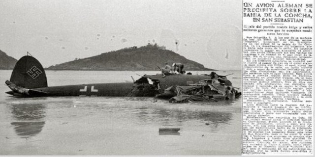 El avión de Degrelle, luciendo su esvástica, poco después de estrellarse en La Concha, el 8 de mayo de 1945, con la noticia aparecida en este diario - Vicente Martín / ABC