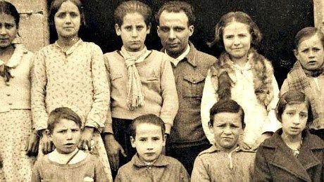El maestro, Antonio Benaiges, posa junto a sus alumnos.