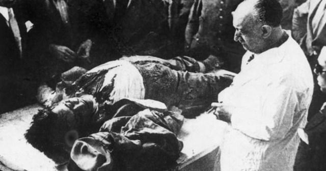 El doctor Piga, durante la autopsia al cadáver de Calvo Sotelo - ABC / Vídeo: Así fue el asesinato de Calvo Sotelo: una detención falsa y un tiro en la nuca - ABC Multimedia