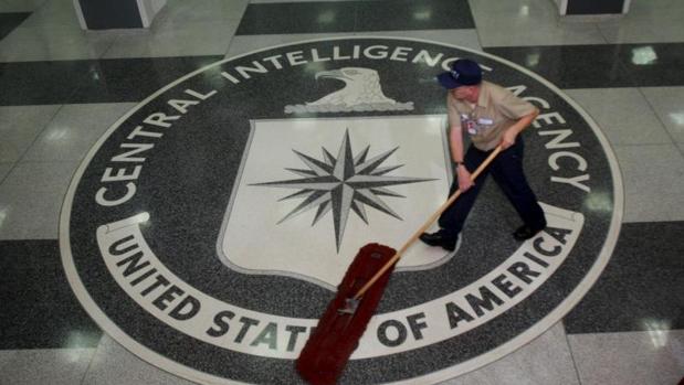 Un trabajador limpia el suelo con el escudo de la CIA en su sede central de Langley. - EPA