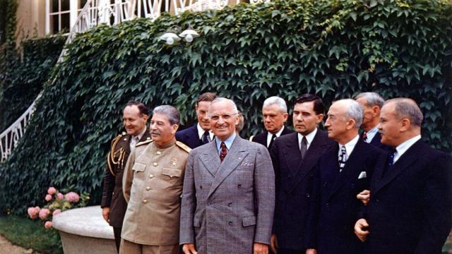 Al frente del grupo, Iósif Stalin y Harry Truman se encuentran en la conferencia de Potsdam en julio de 1945.