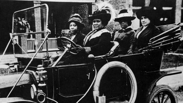 Sarah Breedlove, más conocida como Madam C. Walker, al volante de un automóvil en 1911. New York Public Library Smith Collection / Gado / Getty Images