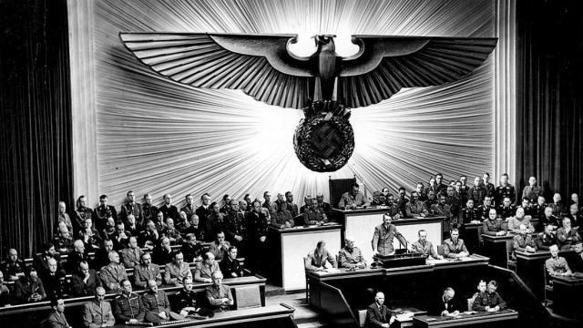 Hitler anuncia la declaración de guerra contra Estados Unidos en el Reichstag el 11 de diciembre de 1941. Bundesarchiv, Bild 183-1987-0703-507 / unbekannt /