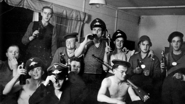Soldados alemanes durante la Segunda Guerra Mundial, en una celebración con bebidas y tabaco Corbis via Getty Images