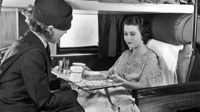 Una azafata sirve el almuerzo a una pasajera en un vuelo de American Airlines, c. 1935 Frederic Lewis / Archive Photos / Getty Images