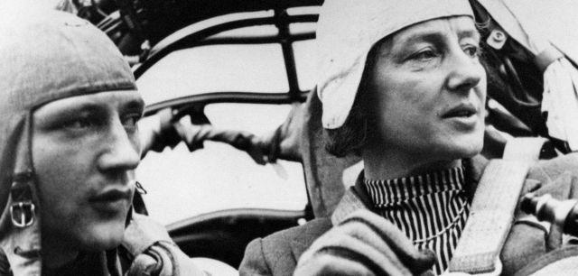La aviadora Melitta von Stauffenberg, a la derecha, durante uno de sus vuelos, junto a un copiloto no identificado.