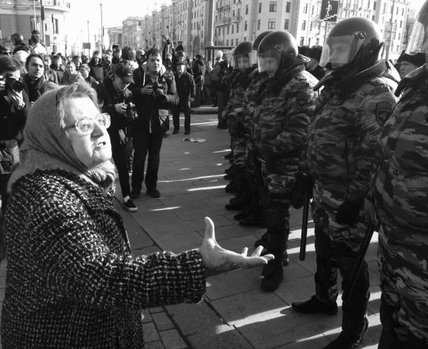 Una abuela se encara con los agentes y les recomienda leer a Pushkin