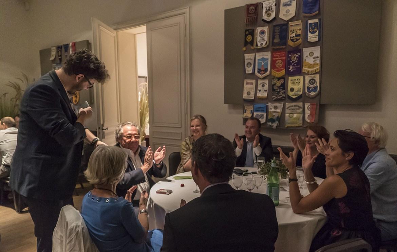 public très enjoué lors d'un repas close-up - xavitch magicien