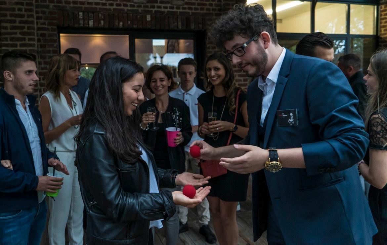 une spectatrice pour qui la magie aura opéré à quelques centimètres dans le creux de ses mains lors d'un cocktail à bousbecque - Xavitch Magicien