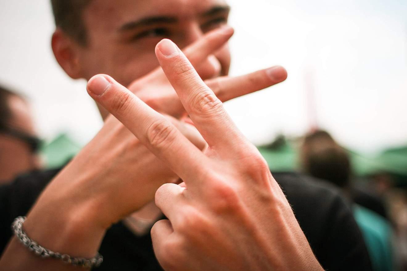 jongen met peace sign vingers