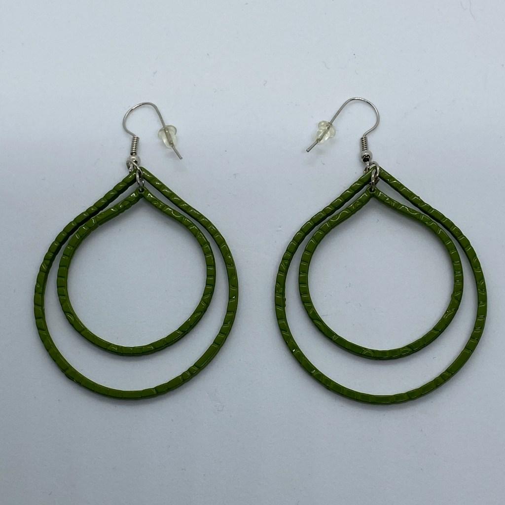 Oorbellen twee metalen groene druppels in elkaar