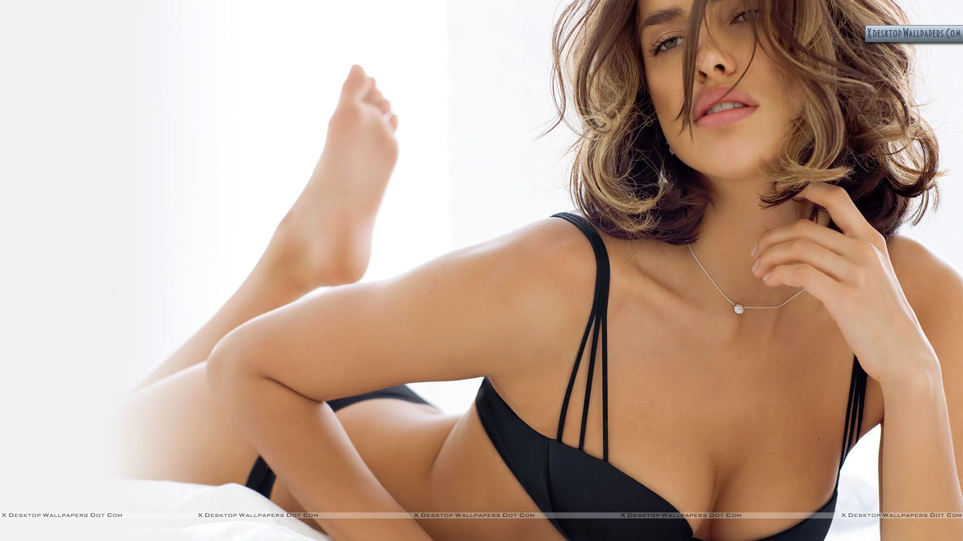 https://i1.wp.com/xdesktopwallpapers.com/wp-content/uploads/2011/02/Irina-Shayk-Pink-Lips-Laying-on-Bed.jpg