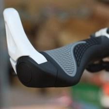 Màu sắc: Đen / Bright White Chất liệu: sừng hợp kim nhôm; Grips: cao su chống trơn trượt Size: Chiều dài 140mm * 30-50mm đường kính; Sừng: chiều dài 110mm * rộng 30 * Độ dày 20mm Thiết kế độc đáo, mềm mại và thoải mái. Chỉ cần bắt giữ bằng 1 vít vào tay bar Có thể điều chỉnh độ chếch của sừng so với tay nắm để tạo cảm giác thoải mái, tối ưu nhất với mỗi người sử dụng Thiết kế bề mặt dạng hạt, chống trượt tốt hơn, làm cho đôi tay vững chắc hơn. Thiết kế dựa vào cơ thể học, thoải mái hơn khi cầm.