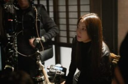 Kim Hee Sun isseen monitoring their scenes with utmost seriousness.