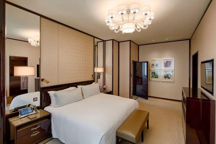 Peninsula HK - Deluxe Suite - Bedroom (1)