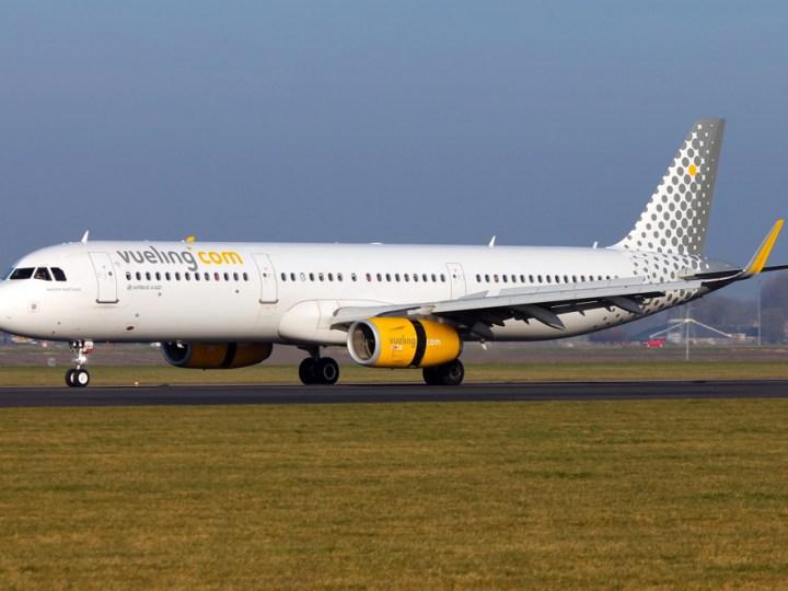 Vueling A321 landing in AMS