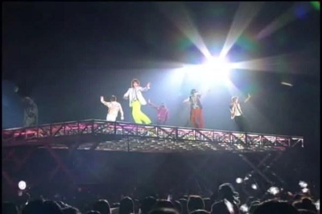 Plataforma transparente inventada por Jun que pasa sobre la audiencia)