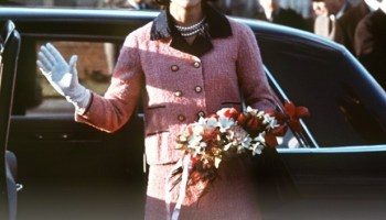 O que aconteceu com o tailleur Chanel Rosa de Jackie  36fbcd44604