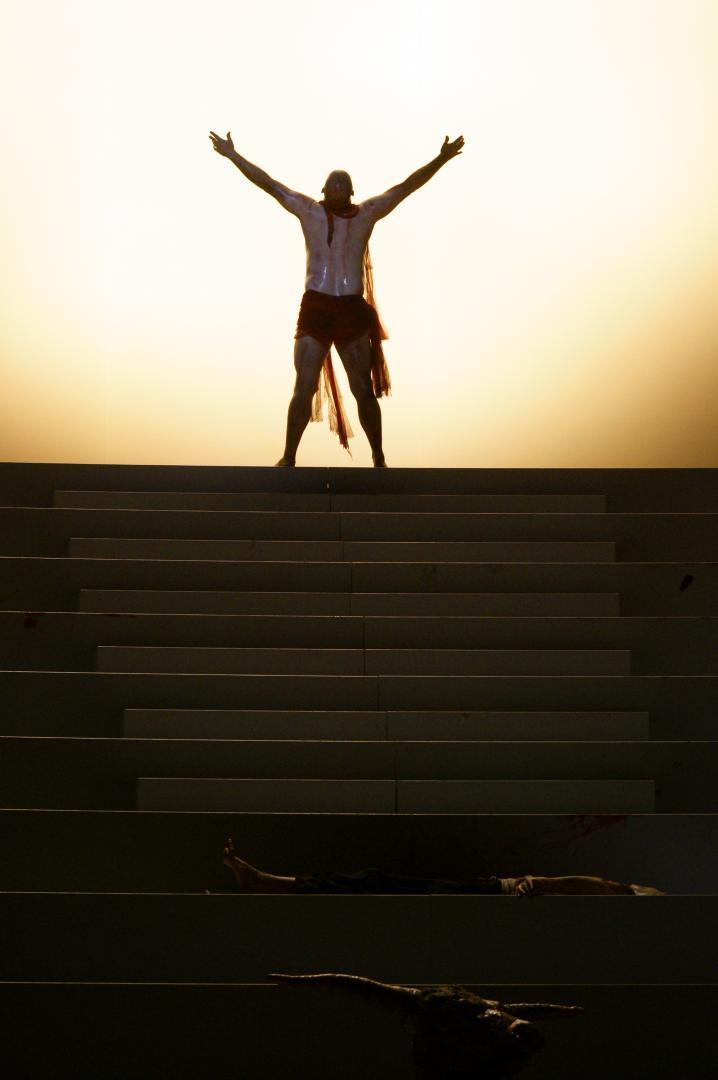 Final de Król Roger segons la producció de David Poutney per el Festival de Bregenz i el Gran Teatre del Liceu.