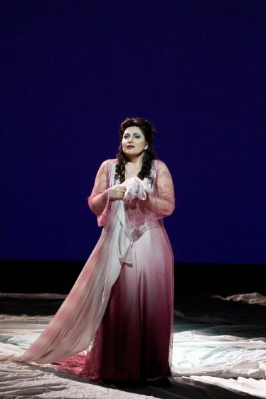 """Hibla Gerzmava (Antonia) a """"Les Contes d'Hoffmann."""" Foto: Marty Sohl/Metropolitan Opera"""