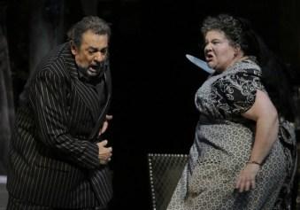 "Placido Domingo (Schicchi) i Meredith Arwad (Zita) a ""Gianni Schicchi."" Fotografia Lawrence K. Ho / Los Angeles Times"