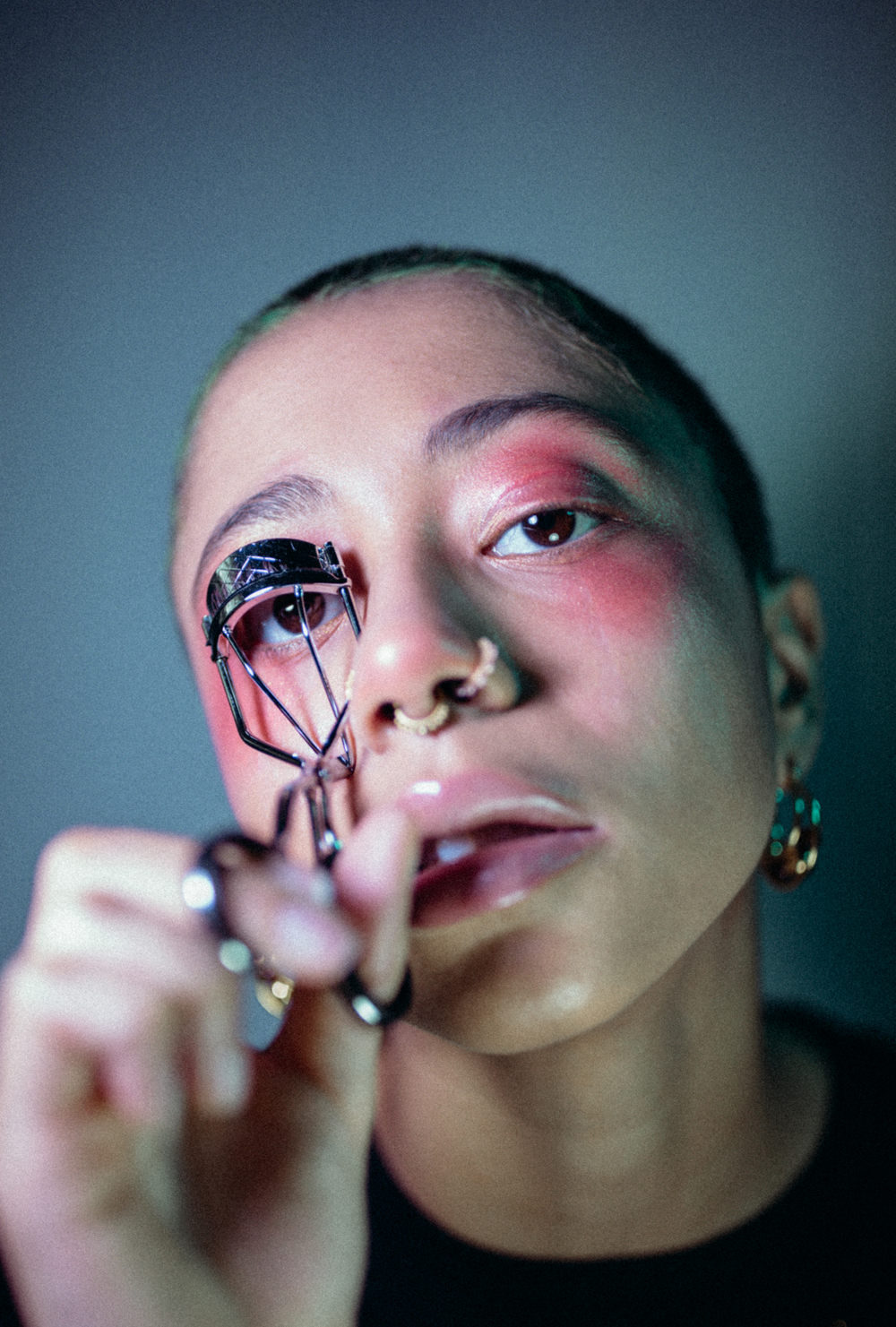 girl using eyelash curler